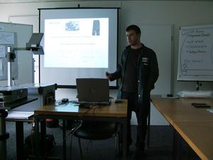 Roland Nesa erklärt die Funktionsweise von Redoxreaktionen